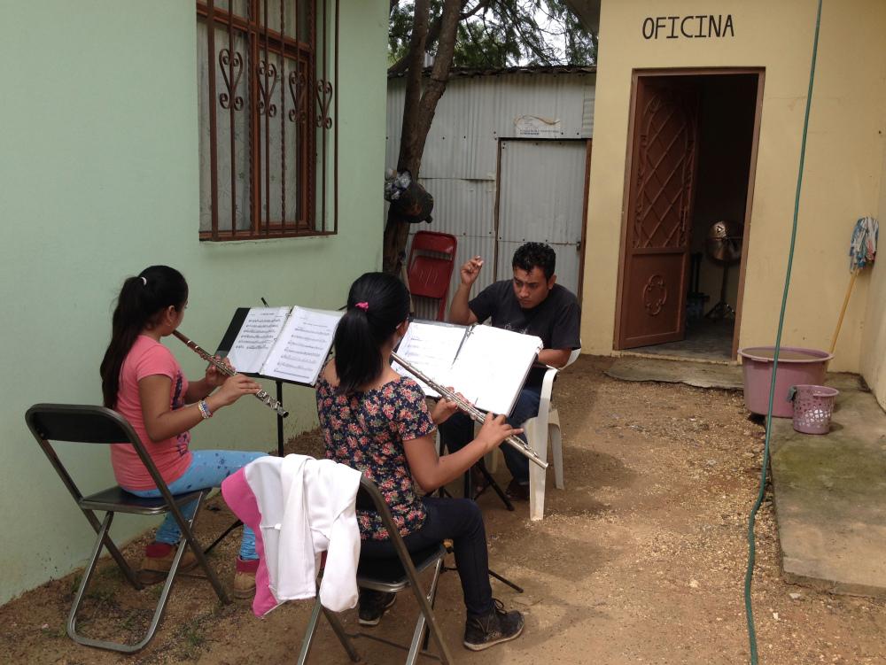 Camérino Lopez donnant cours de musique